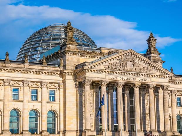 Admirer la vue depuis le dôme en verre du Reichstag
