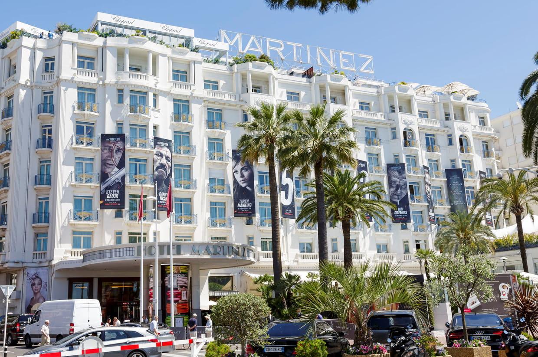 Cannes une voiture de luxe termine sa course dans l for Hotel martinez cannes tarifs chambres