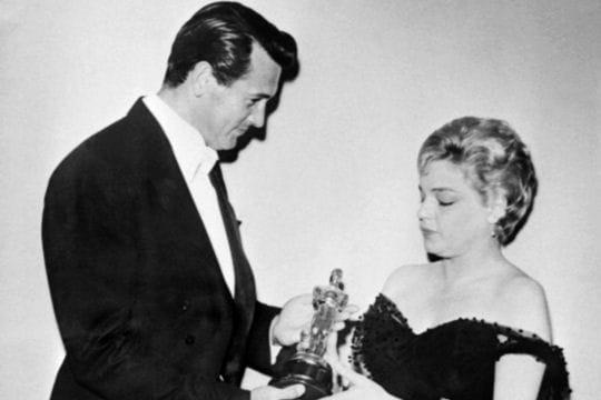 Simone Signoret reçoit l'Oscar de la meilleure actrice