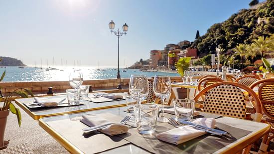 Restaurant : Espuma  - Situé sur le bord de mer dans la rade de Villefranche-sur-Mer, l'Espuma bénéficie d'une grande terrasse ensoleillée offrant une vue imprenable. La décoration coloniale chic avec ses imposantes colonnes de pierres apparentes, les luminaires en forme de fane et la végétation luxuriante vous ferons oublier un instant que vous êtes sur la Riviera. Côté cuisine, on peut observer au travers de la grande verrière, des cuisiniers et le pizzaiolo (les meilleurs de la région) s'activer aux fourneaux. Une belle place est laissée aux produits de la mer grâce au banc de fruits de mer. Les amateurs d'huitres, de coquillages et crustacés viennent composer des plateaux de fruits de mer à consommer sur place ou à emporter. Une belle adresse contemporaine -   © Espuma