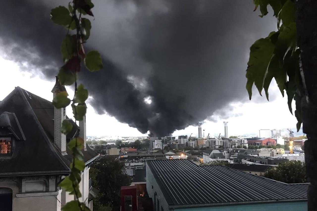 DIRECT - Incendie à Rouen: le feu à l'usine Lubrizol dangereux? Images, infos