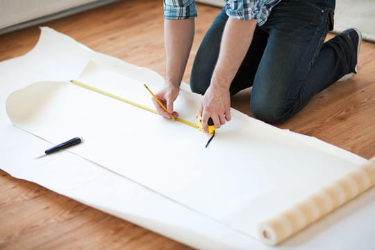 Comment couper des lés et araser le papier peint?