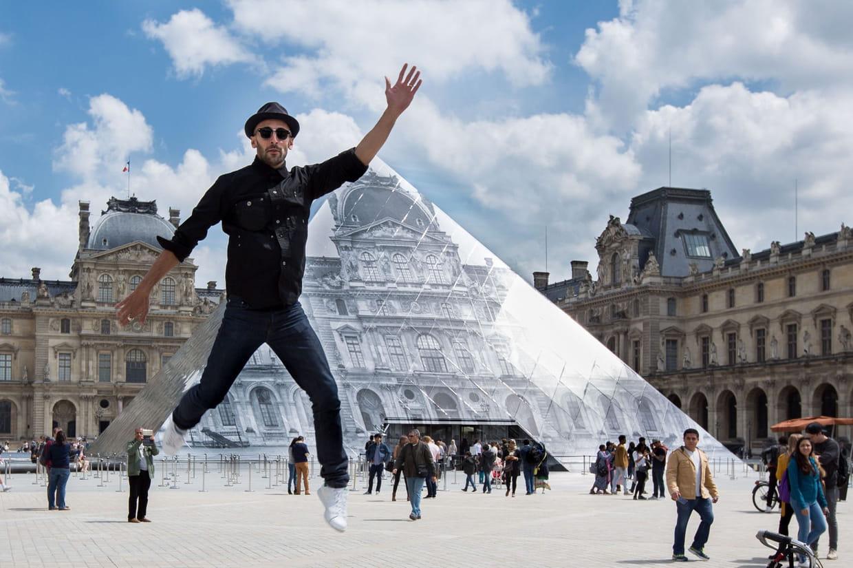 Il cr e une illusion d 39 optique g ante sur la pyramide du louvre - Qui a construit la pyramide du louvre ...
