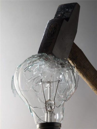 l'ampoule implose pour des raisons de sécurité.
