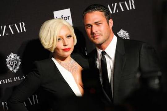 Taylor Kinney: la chanteuse Lady Gaga va se marier avec un faux pompier!