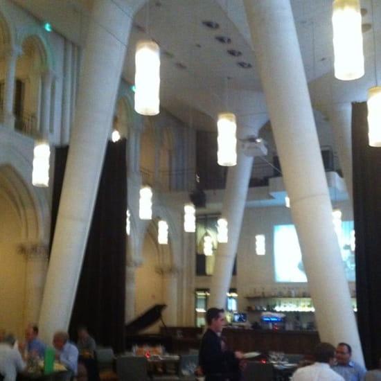 Restaurant : Les Archives  - Écrans géants, piliers en  béton se mêlent aux ogives de la nef néo-gothique de la chapelle des Jésuites. -