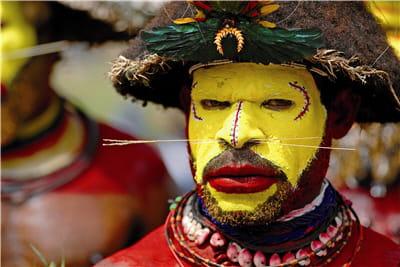 de nombreuses tribus arborent des ornements et des décorations spectaculaires,
