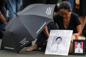 Indonésie: 20ans après la chute de Suharto, des parents attendent la justice