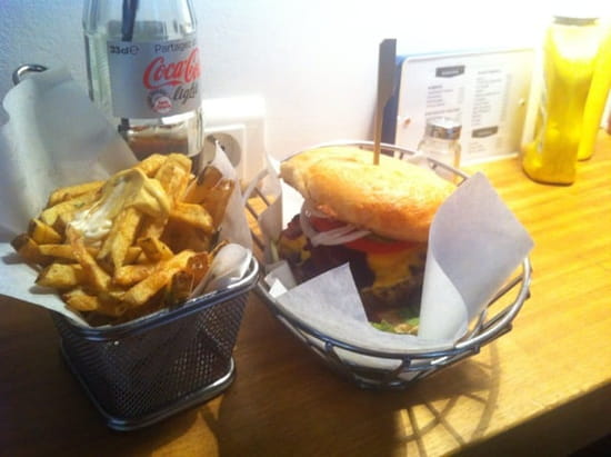 Restaurant : Dubrown - Burger Café  - Bacon burger et frited maison -