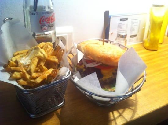 Restaurant : Dubrown - Burger Café  - Bacon burger et frited maison -