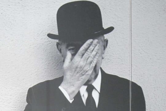 """René Magritte: biographie du peintre de """"La Trahison des images"""""""