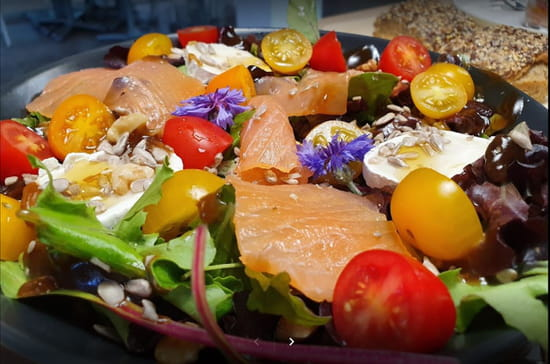 Plat : L'Effet Vert  - Salade repas saumon chèvre -   © EV