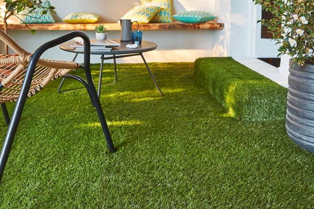 du gazon synth tique sur la terrasse. Black Bedroom Furniture Sets. Home Design Ideas