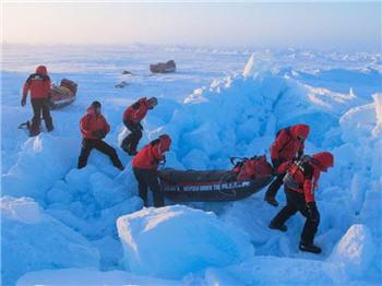 les équipiers doivent parfois traverser des blocs de glaces énormes.