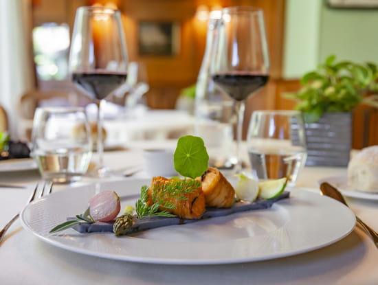 Plat : La Verniaz  - Saumon en croustillant de pomme de terre ruban cardinal, sauce au vin du jura -   © La Verniaz SARL