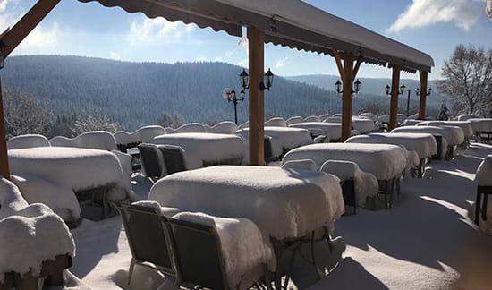 Restaurant : Auberge de Liézey  - Terrasse sous la neige -   © ADL