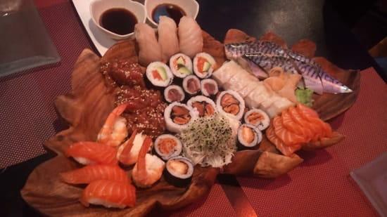 Dozo  - Grande assiette maki sushi sashimi -   © Gilles Ferrié