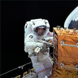 sortie dans l'espace pour réparer ou équiper l'iss de nouveaux outils.
