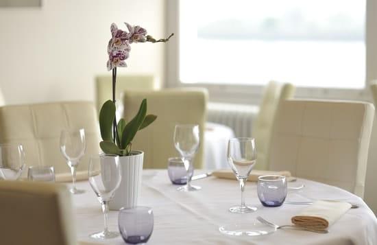 Restaurant la Maison Blanche  - Table devant baie vitrée avec vue panoramique -   © JFL