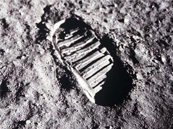 cette empreinte de pas laissée sur la lune a fait l'objet de controverse.
