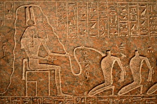 Des bas-reliefs en l'honneur des pharaons