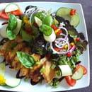 Entrée : La Table de Karl & Fanny  - Petite salade composée accompagnée d'émincés de poulet tendres au miel -   © Karl & Fanny - 2020