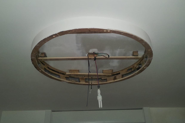 Fixer le support au plafond for Miroir au plafond pourquoi
