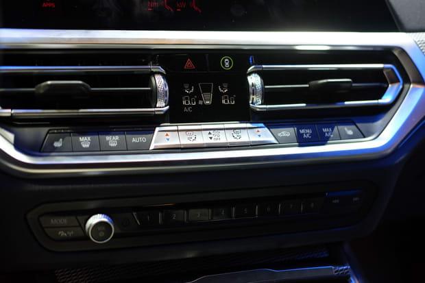 De nombreux boutons sur la console centrale
