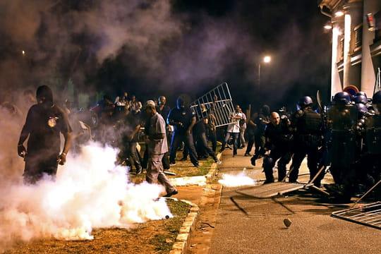 Macron en Guyane: les images impressionnantes des échauffourées