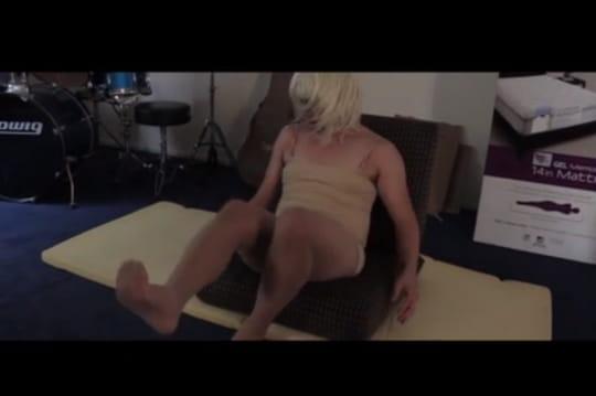 Chandelier de Sia : il perd un pari et doit reproduire la chorégraphie du clip