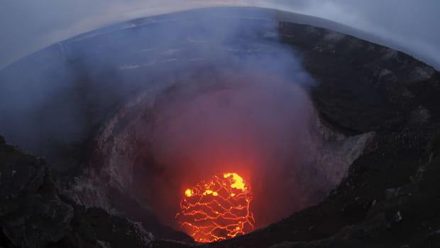 Le lac de lave au sommet du volcan