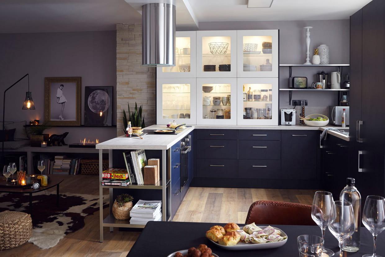 une cuisine ouverte sur le s jour et salle manger. Black Bedroom Furniture Sets. Home Design Ideas