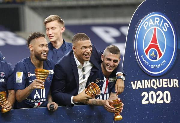 Kylian Mbappé et ses coéquipiers après avoir remporté la Coupe de la Ligue, à l'issue de la finale de football contre Lyon