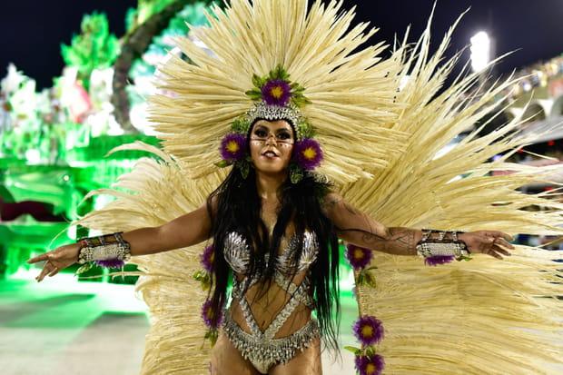 Une danseuse de samba fait le show