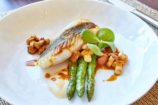 """Plat : Celest Bar & Restaurant  - Saint-Pierre des côtes bretonnes, girolles """"clous"""" françaises et asperges vertes -   © Lyon Resto"""