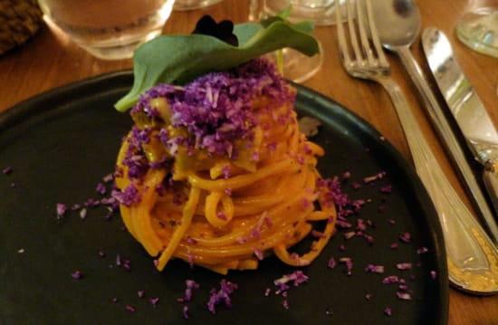 Rossi & Co  - Linguine d'aubergines siciliennes, noisettes et chou-fleur violet -   © Sarah Ponchin / Linternaute.com