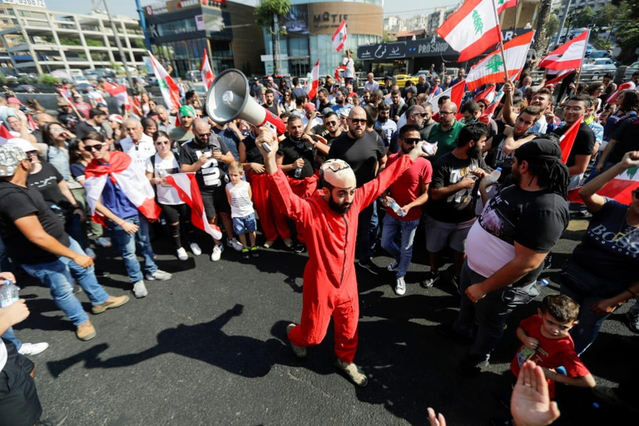 Des dizaines de milliers de Libanais dans la rue contre le pouvoir