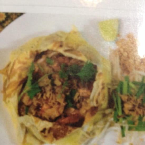 Plat : Coliseum Bane Thaï  - Phad thaï hor khat ( pâtes de riz sautées thaï en robe d' œuf) -