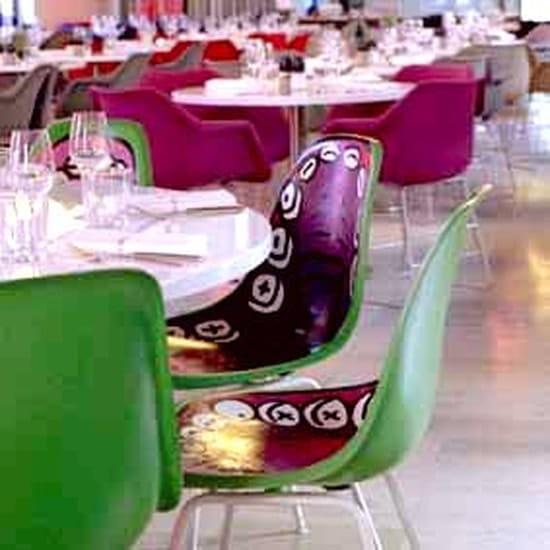 Tokyo Eat  - Chaises colorées -   © Tokyo Eat