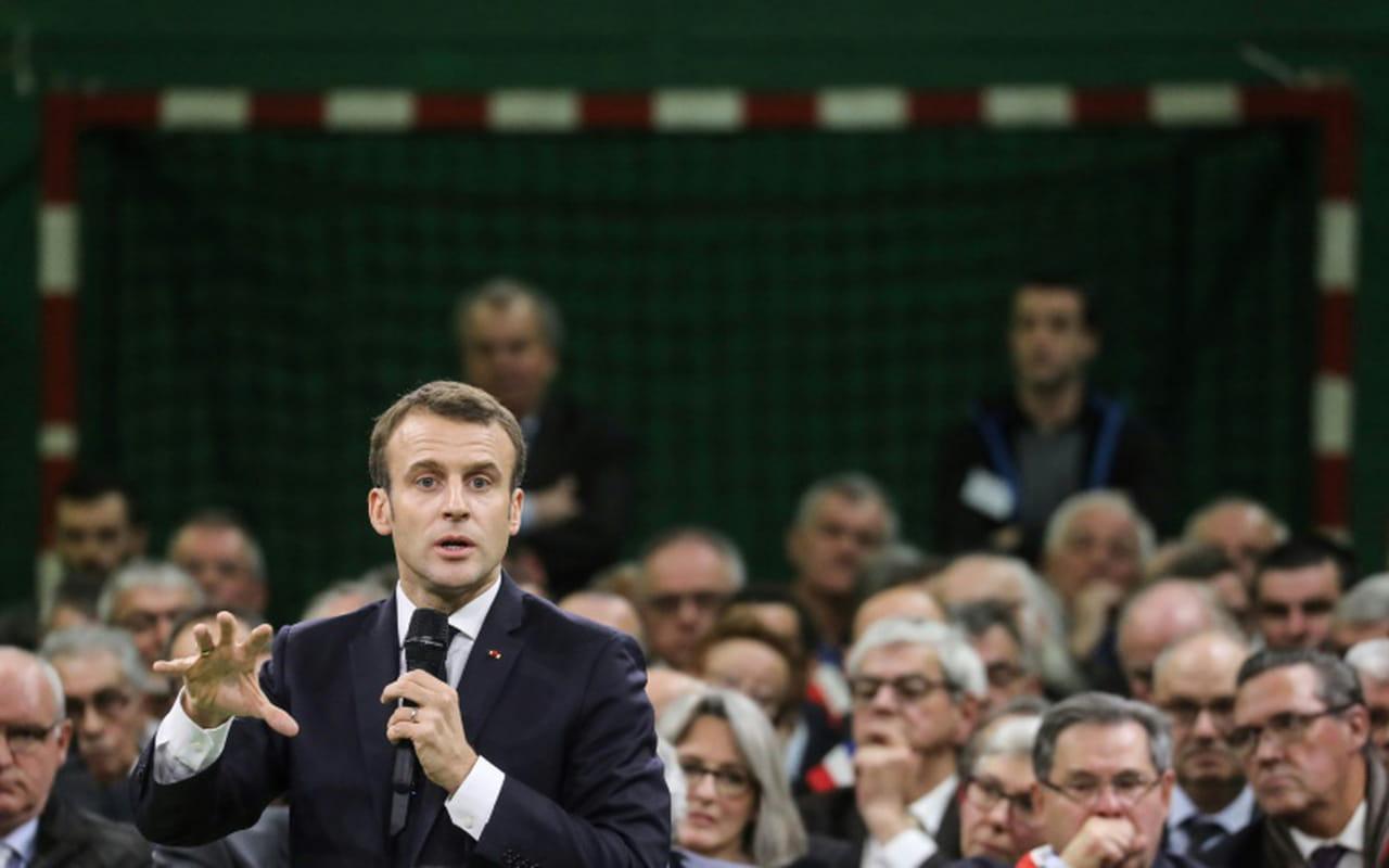 Grand débat: Macron face à Wauquiez, aux cotés d'une soixantaine d'élus d'Auvergne-Rhône-Alpes