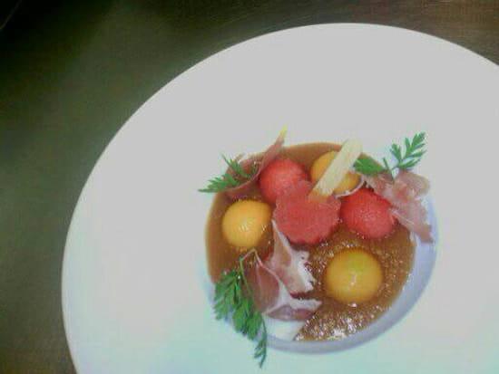 Entrée : L'Oh à la Bouche !  - Gaspacho de melon au porto rouge, esquimeau de pastèque  et chiffonnade de jambon sec -   © L'Oh à la Bouche !