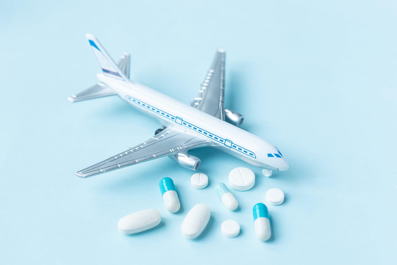 Médicaments en avion: doit-on les mettre en cabine ou en soute? Réglementation et précautions