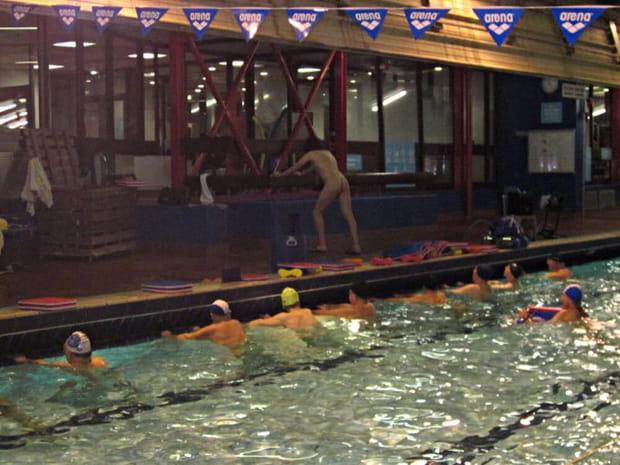 s ance naturiste dans une piscine parisienne