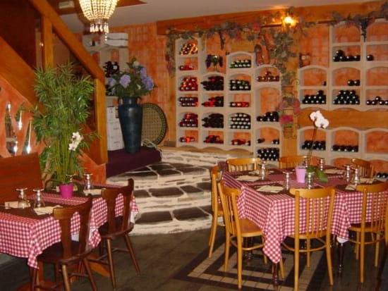 Jardin des Saveurs  - table ouvert sur la cave à vin -   © jardin des saveurs