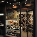 Le Vin Rue Neuve  - Vue de la cave réfrigérée, et ses nombreuses références de vins rouges, blanc rosé et champagne. -   © Le Vin Rue Neuve.