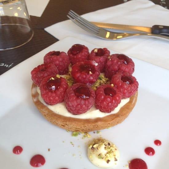Dessert : Innamorato  - Sablé breton crème mousseline framboisés farci a la confiture de framboise et éclat de pistache.  -