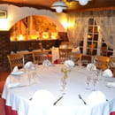 Auberge du Val d'Ornain  - le chic d'uune table juponnée avec nappe blanche -
