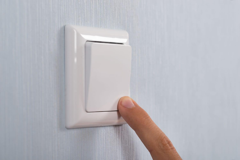 Comment poser du papier peint autour d'une prise ou d'un interrupteur?
