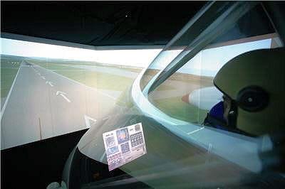 bertrand piccard est dans le simulateur de vol de solar impulse.
