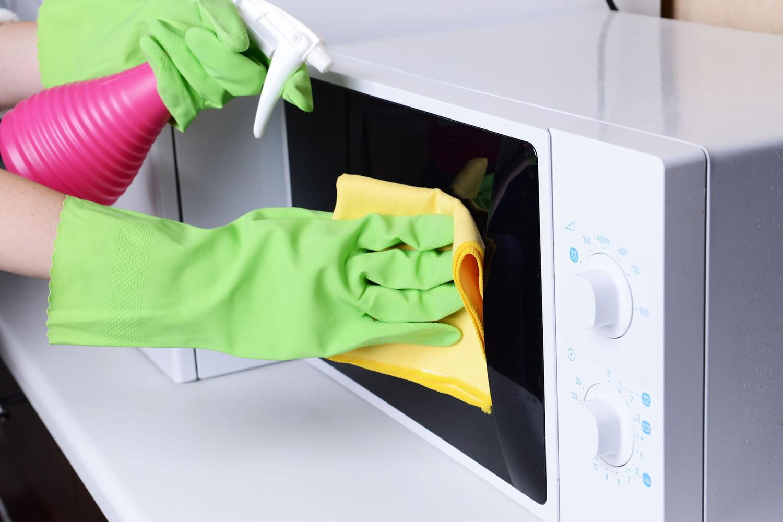 Nettoyer un micro-ondes et éliminer les mauvaises odeurs